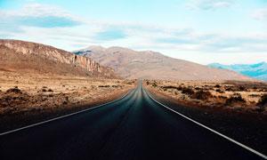 通向山中深处的公路美景摄影图片