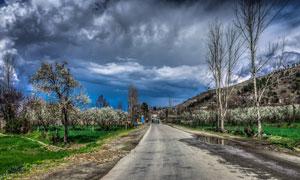 乌云下的乡村道路高清摄影图片