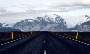 雪山脚下的公路美景高清摄影图片
