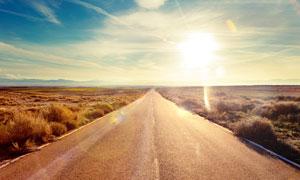 旷野下的公路美景摄影图片