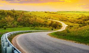 田园弯曲的公路景观摄影图片