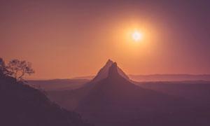 黄昏下的山峰美景高清摄影图片