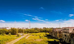 蓝天下的废旧厂房高清摄影图片