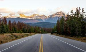 高山下的山路景观高清摄影图片