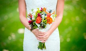 婚礼上手捧着花束的新娘摄影图片