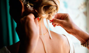 给新娘系带头发装饰场景摄影图片