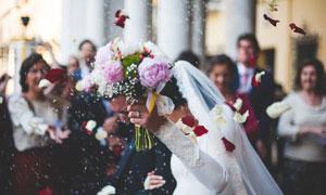 婚礼上拿着花束的新娘摄影图片