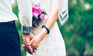 婚礼上手拉手的新郎新娘摄影图片