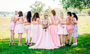 美丽的新娘和伴娘背部摄影图片