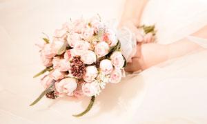 手拿着玫瑰花的花束的新娘摄影图片