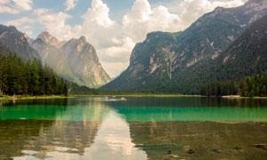 蓝天白云下的山水湖畔高清摄影图片