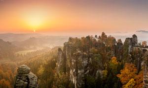 夕阳下的崇山峻岭高清摄影图片