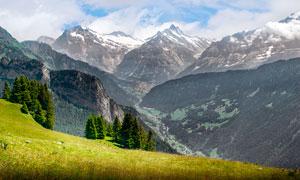大山之中山顶美丽的草地摄影图片