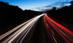 夜幕下的公路光影景观摄影图片