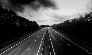 乌云下的高速公路景观摄影图片
