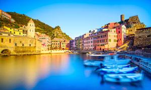 欧洲蓝天下美丽的海滨小镇摄影图片