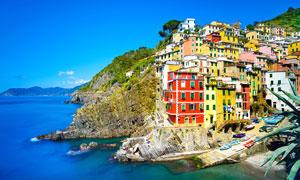 蓝天下欧洲海边小镇摄影图片