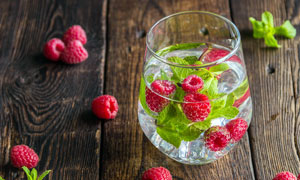 树莓薄荷水高清摄影图片
