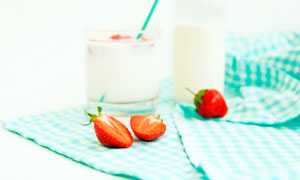 草莓和酸奶高清摄影图片