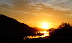 山间美丽的湖泊夕阳美景摄影图片