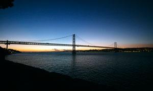 夜幕下的跨海大桥景观摄影图片