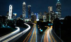 夜晚城市中马路光影高清摄影图片