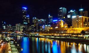夜幕下的城市建筑和河流摄影图片