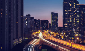 夜色下城市中美丽的道路光影摄影图片