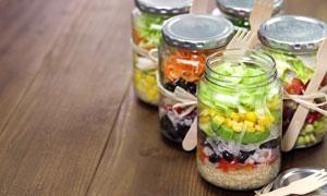 瓶装蔬菜沙拉高清摄影图片