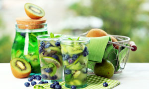 猕猴桃蓝莓茶饮高清摄影图片