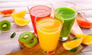 玻璃杯中的新鲜果汁摄影图片