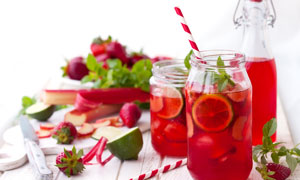 柠檬草莓薄荷水果茶摄影图片