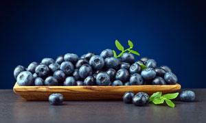 木盘中盛放的新鲜蓝莓摄影图片