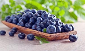 木盘盛放的新鲜蓝莓摄影图片