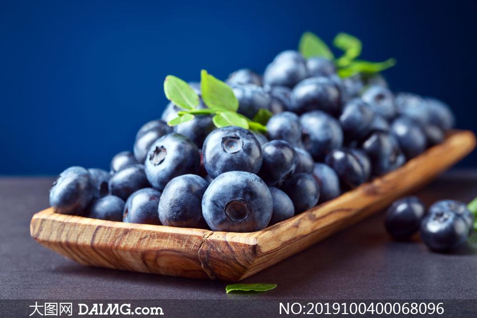 新鲜的盘装蓝莓高清摄影图片