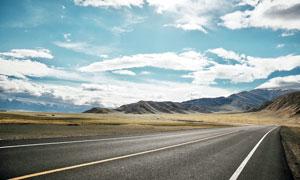 蓝天白云下的高原公路摄影图片
