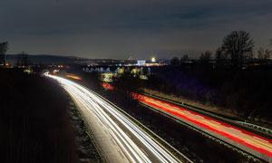 夜晚马路上绚丽的光影摄影图片