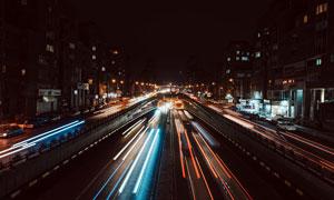 夜晚穿越隧道的马路光影摄影图片