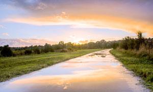 田园乡间夕阳下美丽的小河摄影图片