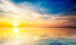 夕阳下美丽的大海景观摄影图片