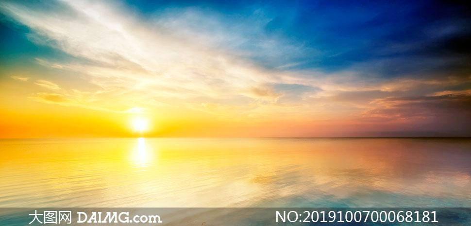 夕陽下美麗的大海景觀攝影圖片