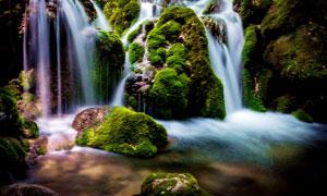 山间岩石间的小溪瀑布高清摄影图片