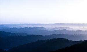 阳光下的山顶雾气高清摄影图片