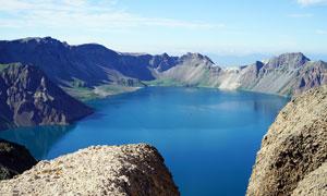 长白山天池美丽蓝色湖泊摄影图片