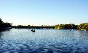 沈阳北陵公园湖面上的游船摄影图片