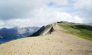 長白山天池邊緣的火山灰攝影圖片