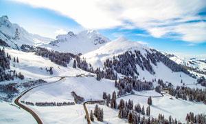 蓝天白云下的雪山景观摄影图片