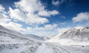 蓝天?#33258;?#19979;的雪山美景高清摄影图片