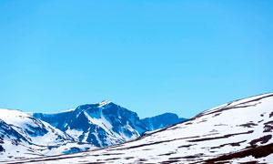 蓝天下的山顶积雪美景摄影图片