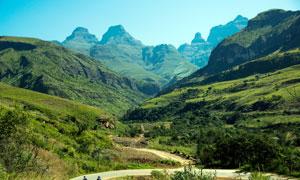 青山绿山中的盘山道路摄影图片